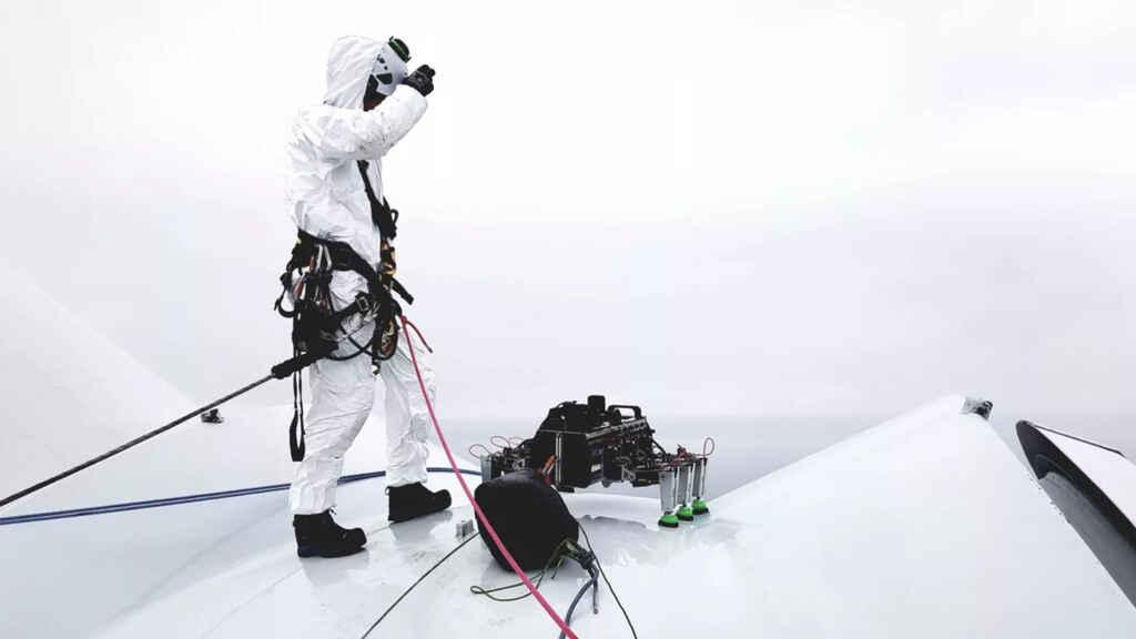 Este robot araña mantiene y limpia las turbinas eólicas en alta mar