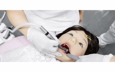 Crean un robot humanoide que simula el comportamiento de un niño en el dentista