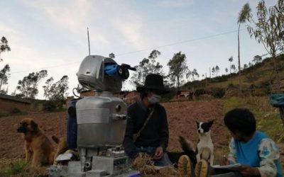 Kipi, el robot ecologista que recorre los Andes de Perú para dar clases