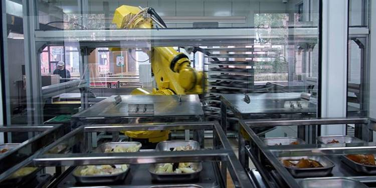 Robot prepara comida para escuelas en China