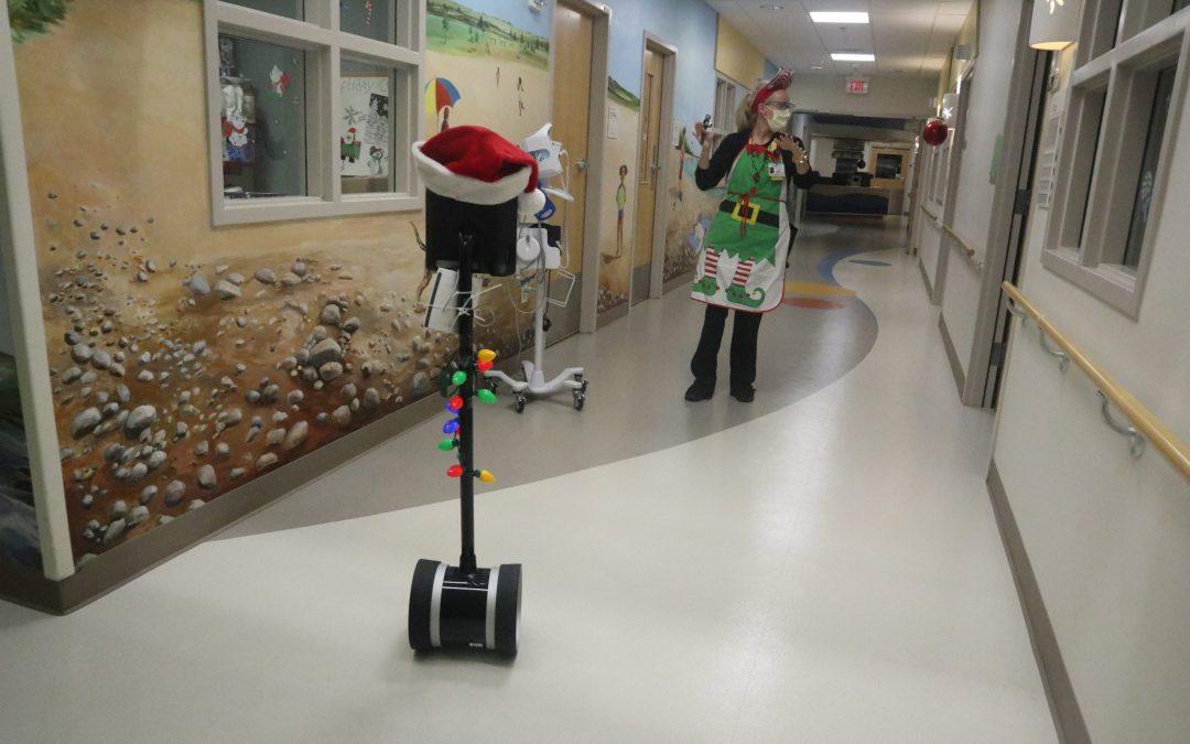 Robot ayuda a Santa y a la Sra. Claus a visitar a los pacientes virtualmente en el Bronson Children's Hospital
