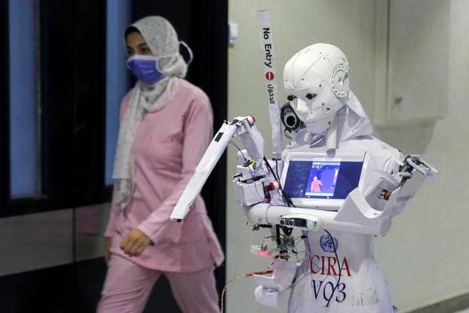 Inventor egipcio prueba un robot que puede testear COVID-19