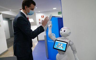 Banco del Pacífico presentó a Sophi, su robot de asistencia financiera