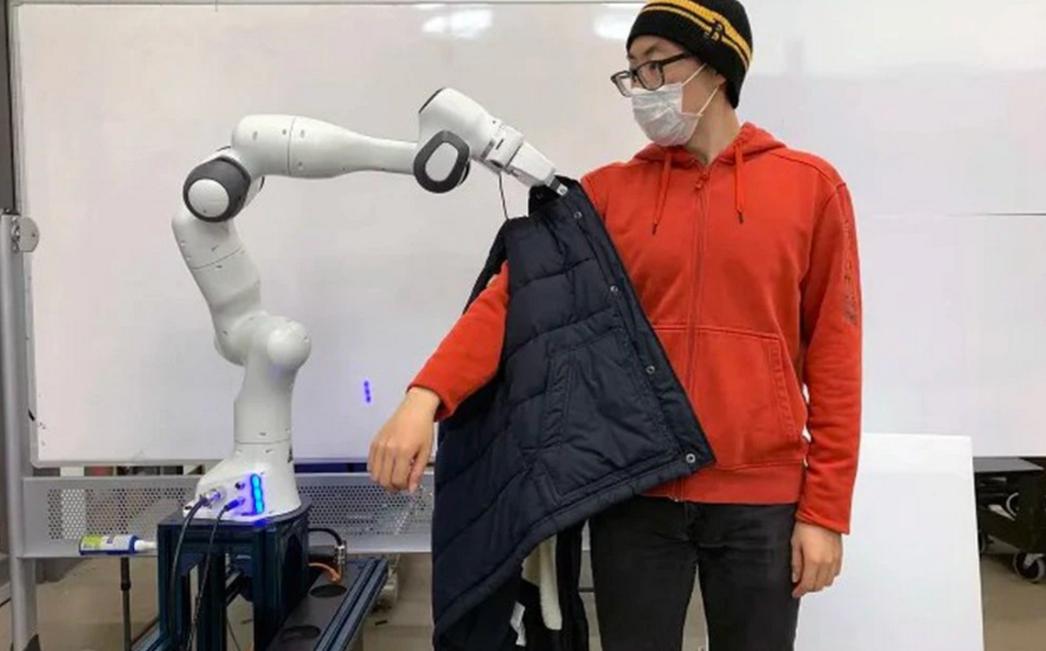 Desarrollan robot que ayudaría a personas con movilidad reducida a vestirse