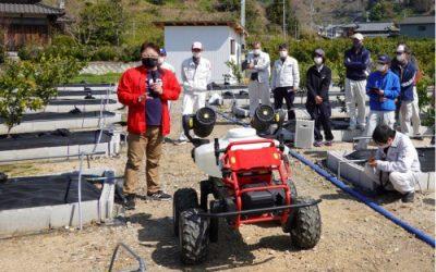 Granja japonesa desplegó un robot para polinizar un huerto de manzanas