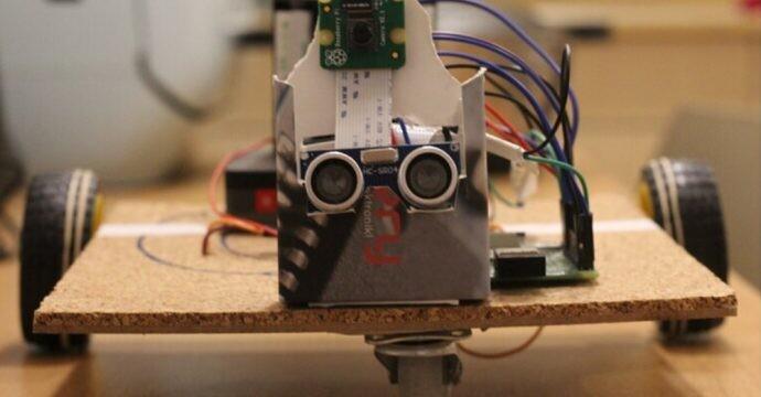 Madera y cartón para un prototipo de robot que anima a gatear a los bebés